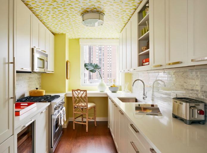 желтые обои на потолке в кухне