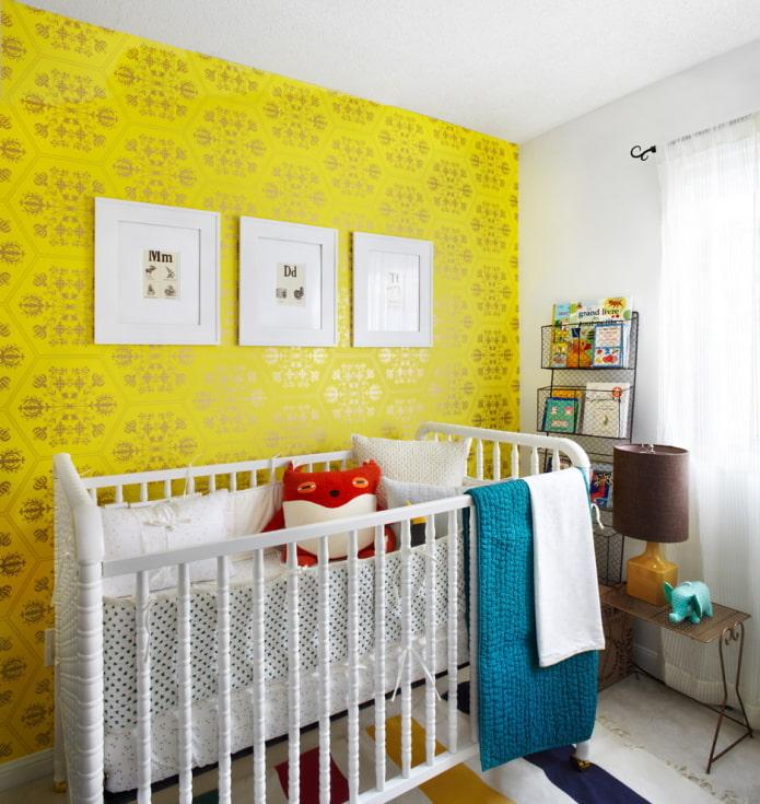 ярко-желтые обои в детской