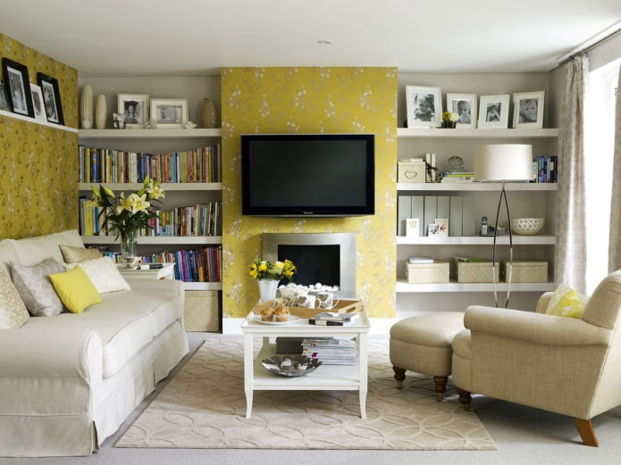 комбинирование желтых и бежевых обоев в гостиной