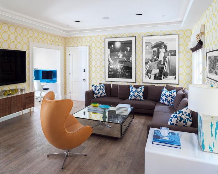 желто-белые обои в гостиной