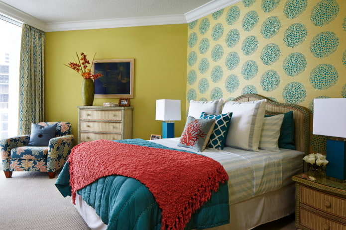 Желто-бирюзовые обои в спальне