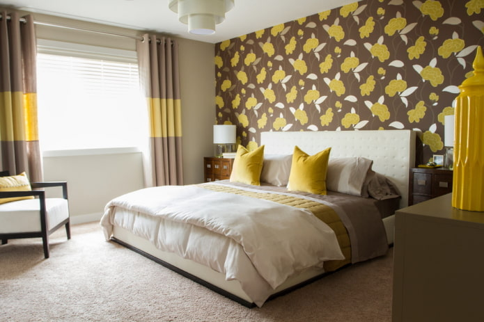 Желто-коричневые обои в спальне