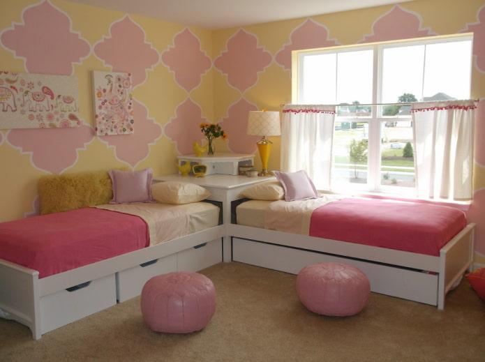 Желто-розовые обои в детской