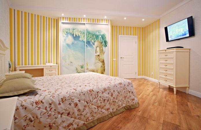 полосатые желтые обои и светлая мебель