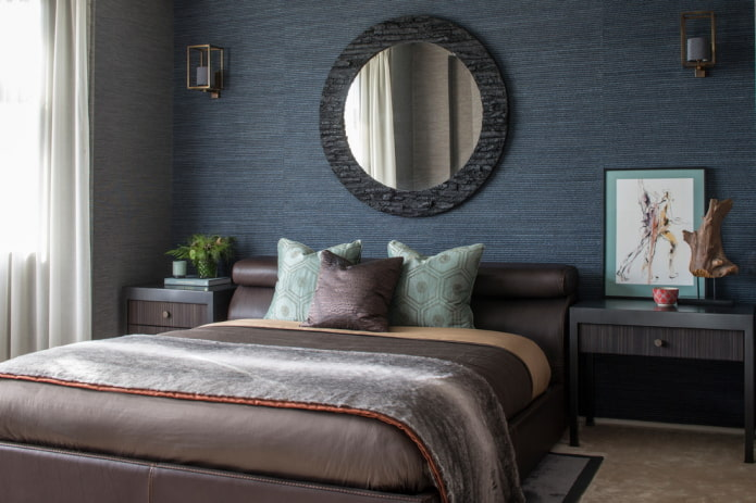 спальня с синими однотонными обоями