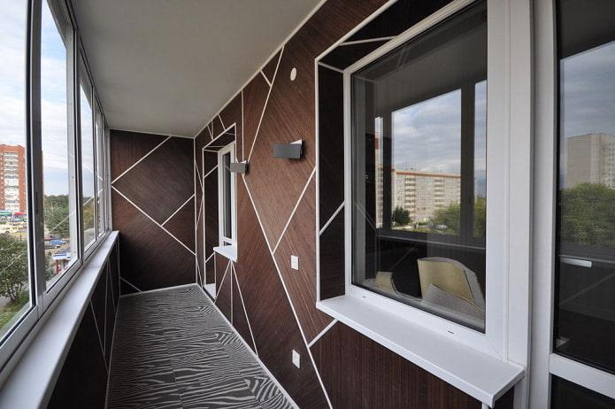 балкон с необычным способом отделки