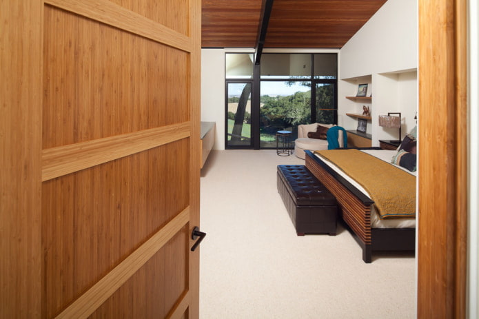 двери с отделкой из бамбука