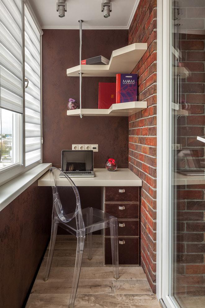 коричневые стены на балконе