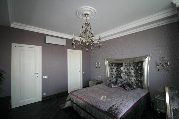 отделка стен в спальне выполнена в одной цветовой гамме