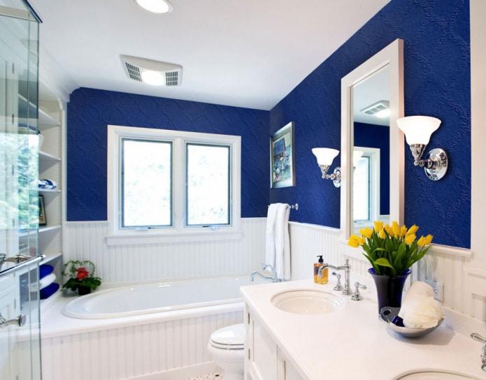 ванная комната с отделкой стеклотканевыми обоями в синем цвете