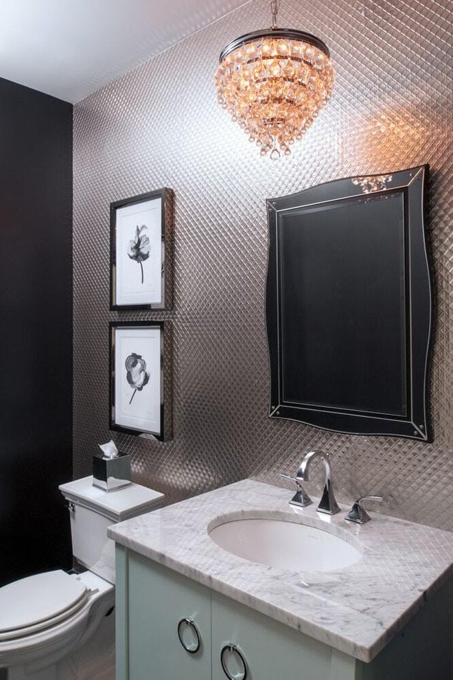 серебристые обои в туалете