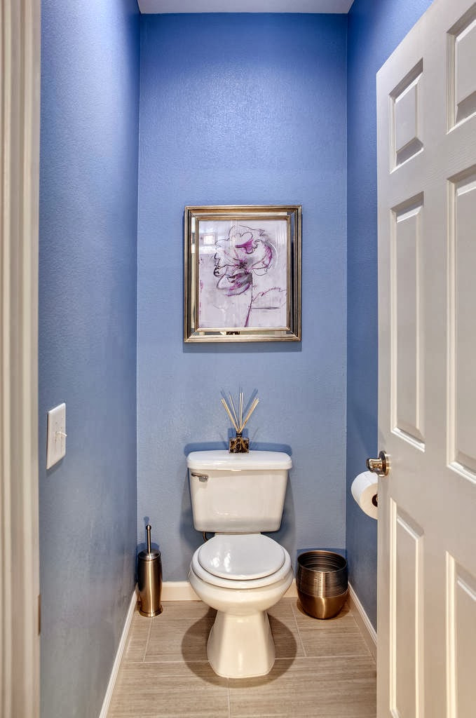 синие обои в туалете