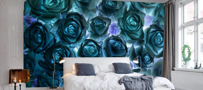 декорирование акцентной стены в спальне рисунком роз на обоях