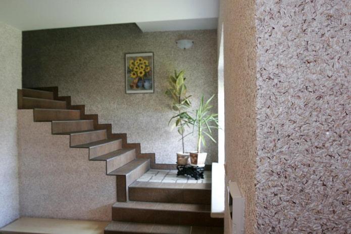 лестница с жидкими обоями