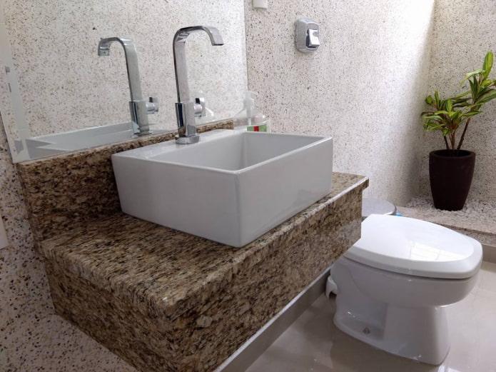 туалет с жидкими обоями