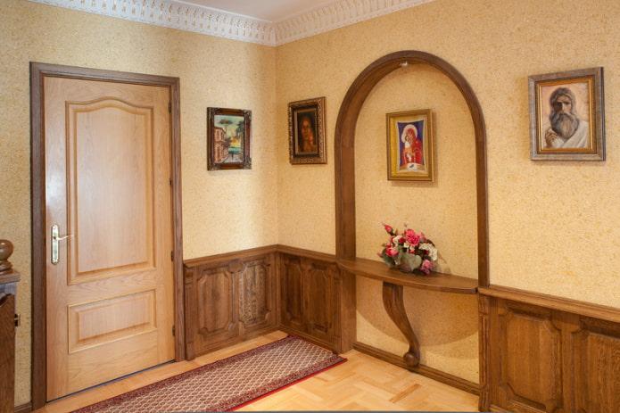 обои и деревянная отделка стен в прихожей