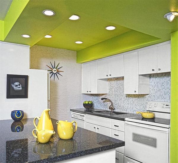 кухня с зеленым потолком