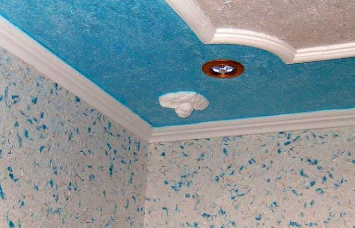 голубые жидкие обои на потолке