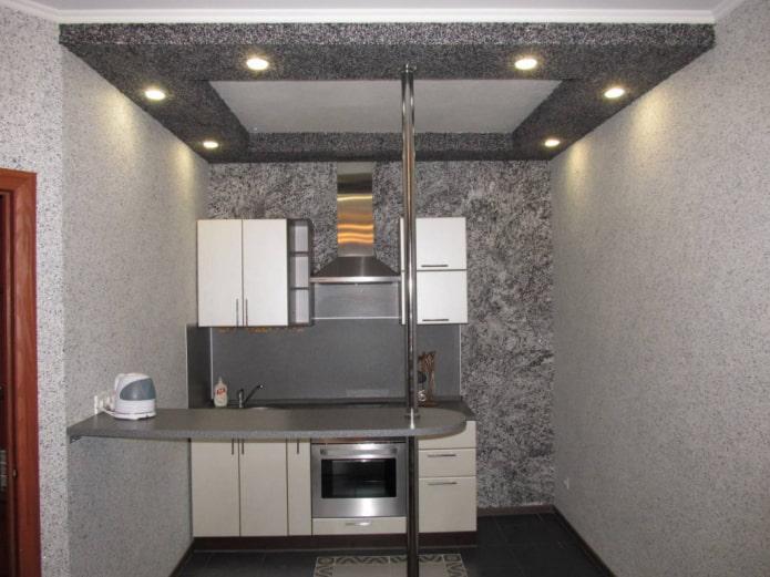 серый потолок с жидкими обоями на кухне