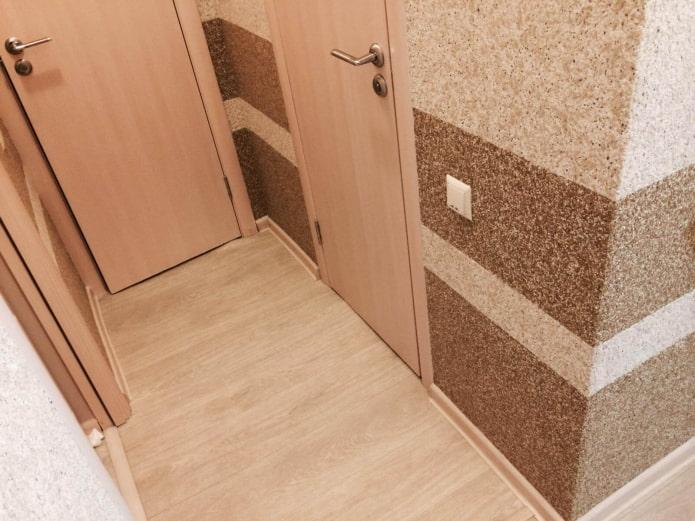 полосатый рисунок в коридоре