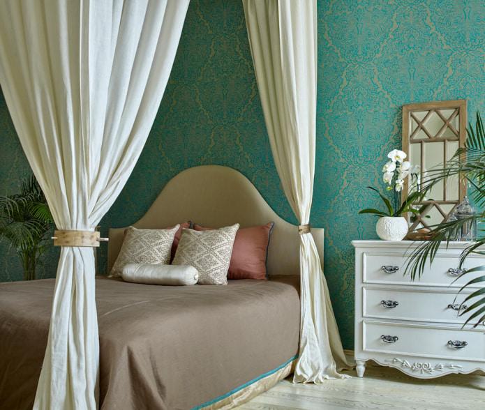 спальня с балдахином в бирюзовых тонах