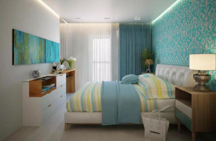 светлое напольное покрытие, выгодно подчеркивающее бирюзовый орнамент на стене