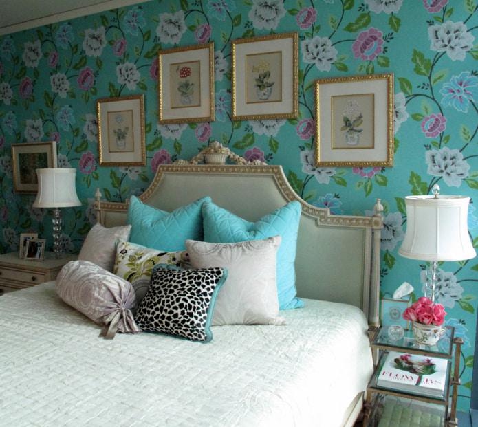 обои с цветами в изголовье кровати