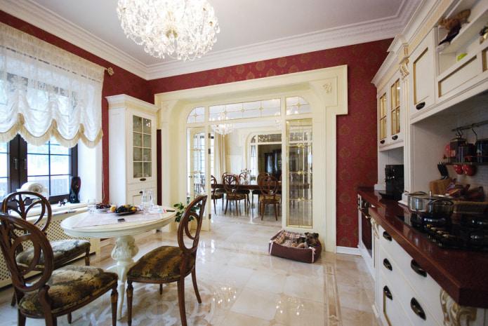 стены в кухне оформлены бордово-золотыми обоями