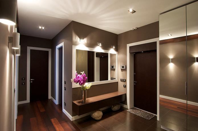коричневые стены в интерьере прихожей
