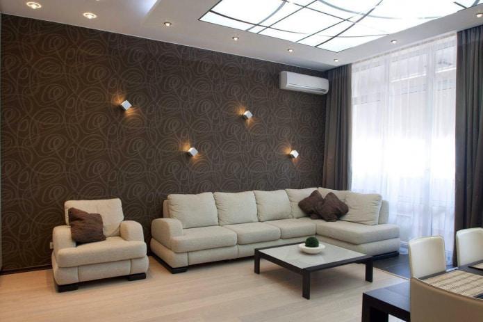 сочетание коричневых обоев с диваном