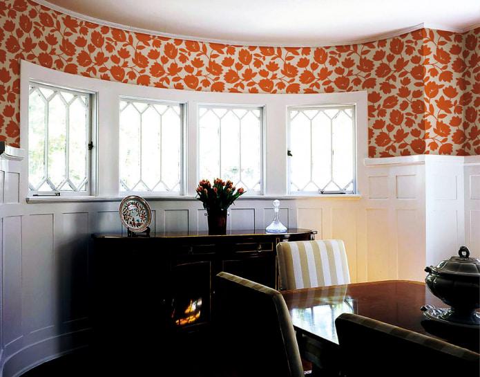 белые деревянные панели и обоями с рыжим растительным принтом