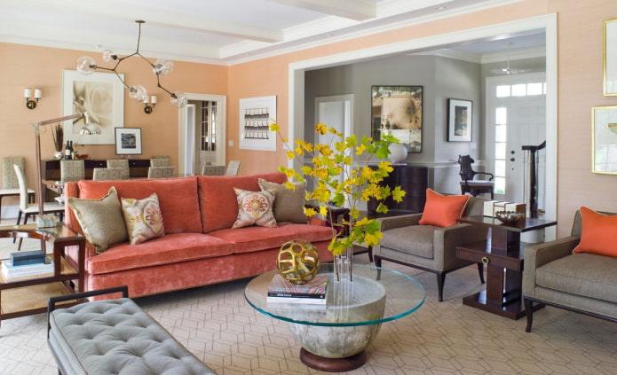 персиковые стены и белый потолок
