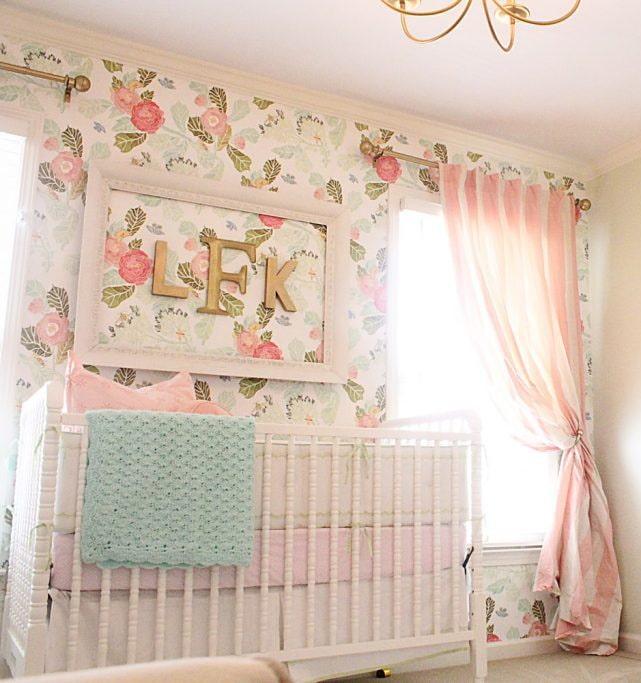 обои с цветочным узором в спальне для девочки