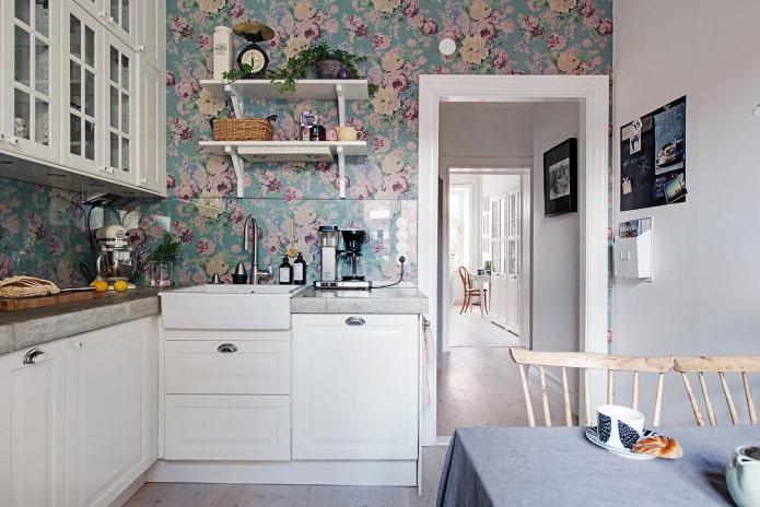 обои с цветочным узором на кухне