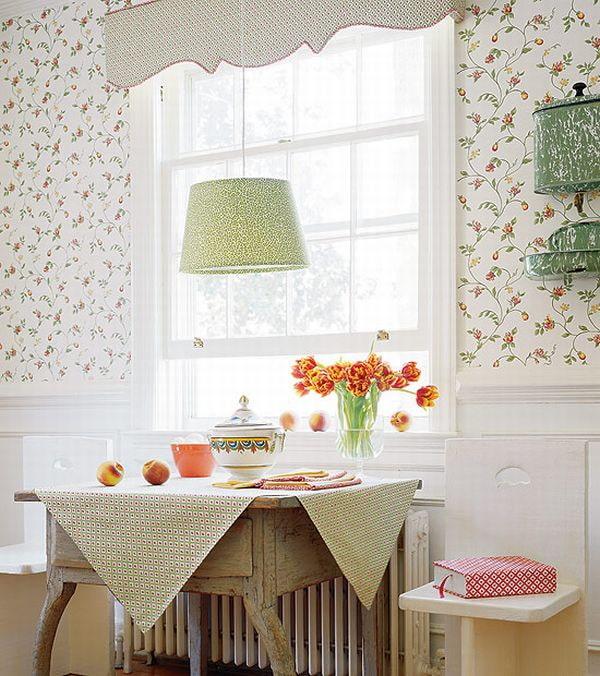 обои с цветочным узором в интерьере кухни