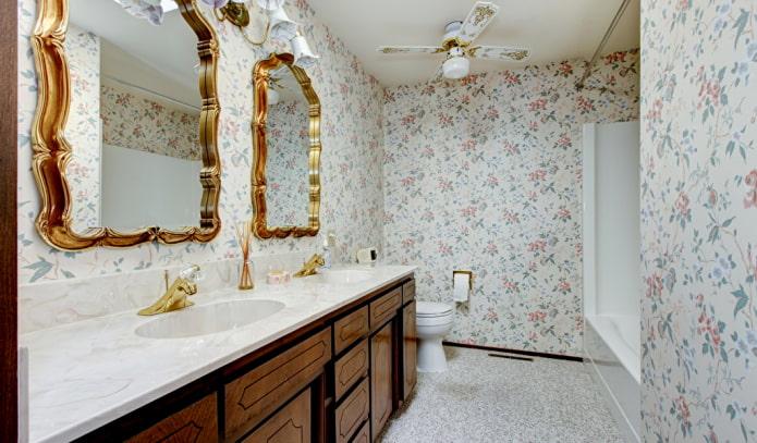 обои с цветочным принтом в ванной комнате