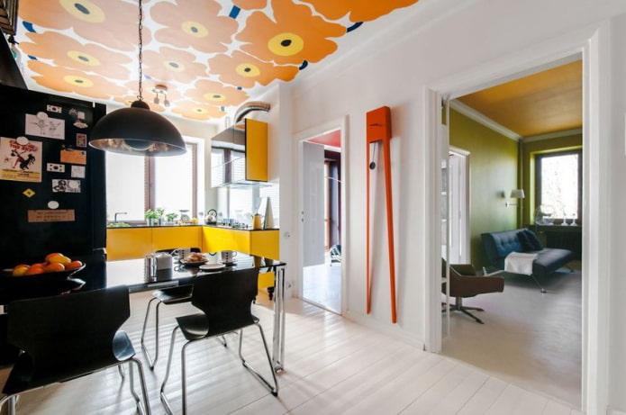 оранжевые потолочные обои в интерьере