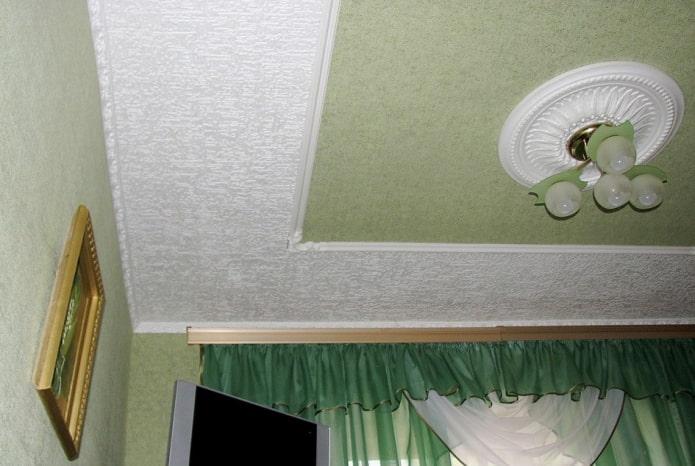сочетание обоев с потолочной плиткой