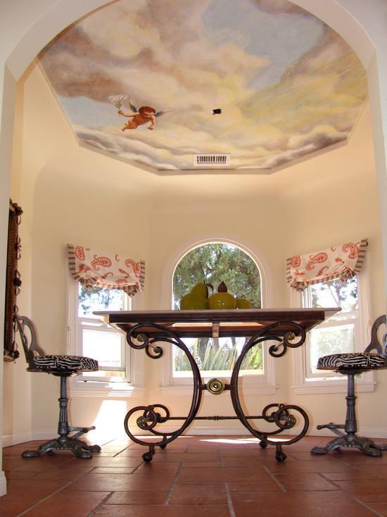 интерьер с потолочными обоями под фреску
