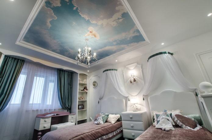 обои с изображением неба на потолке