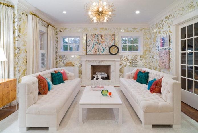 белый диван и бело-золотые обои