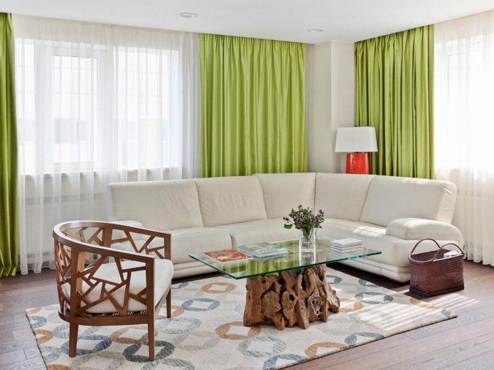 зеленые шторы и белый диван