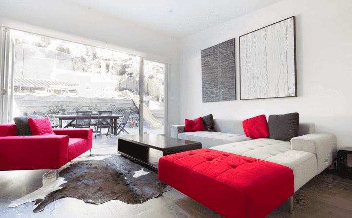 Бело-красный диван