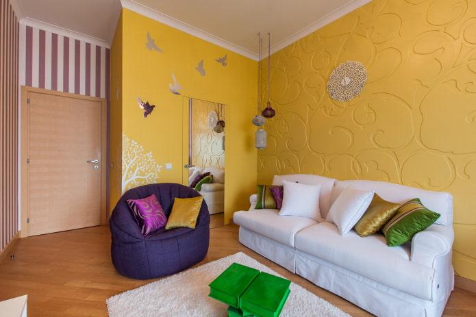 маленькая комната с диваном