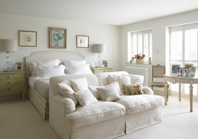 белый диван в спальне