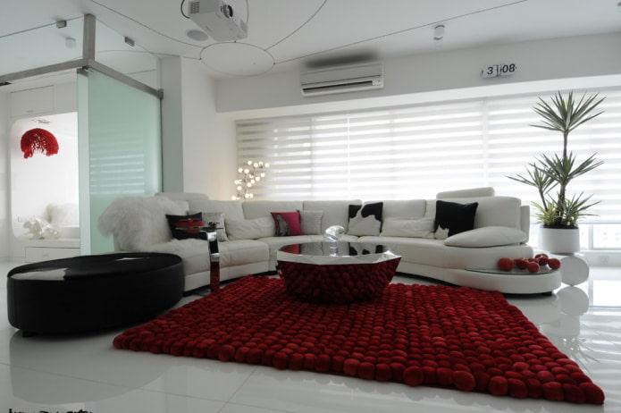 красный ковер и белый диван