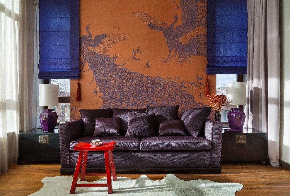 гостиная соранжево-фиолетовыми обоями