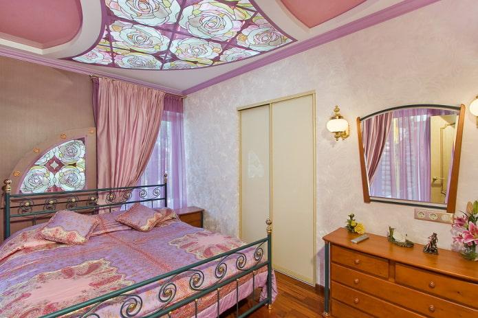 Бледно-розовые обои в спальне