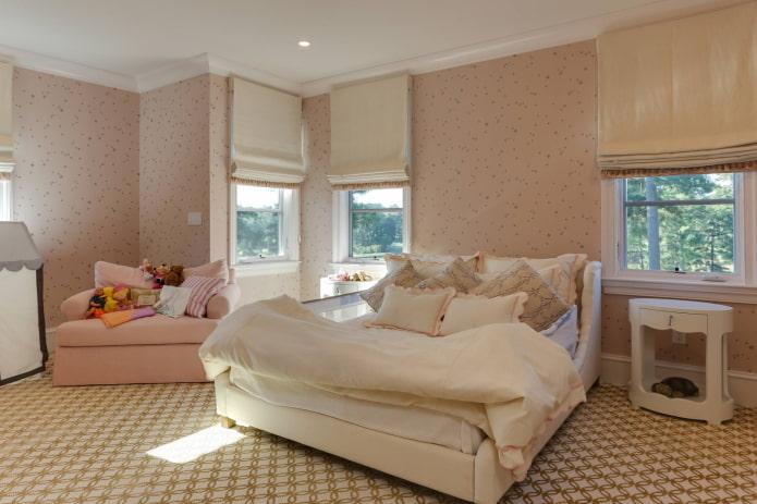 розовые обои и бежевые шторы
