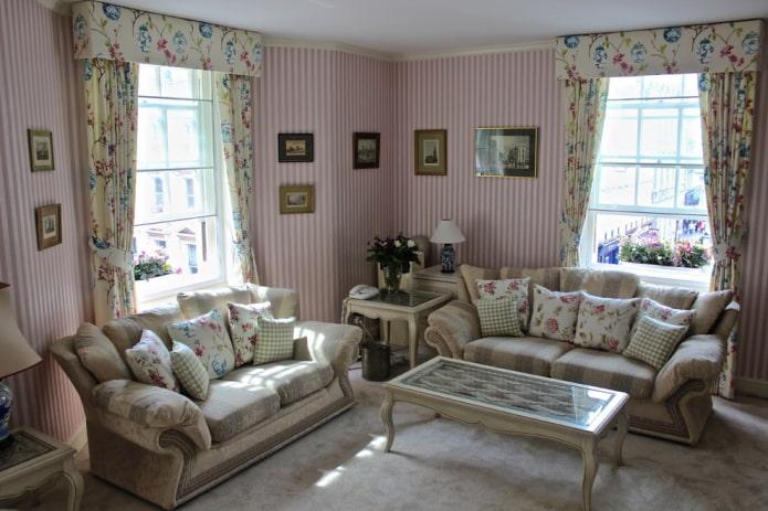 бело-розовые обои в полоску в гостиной